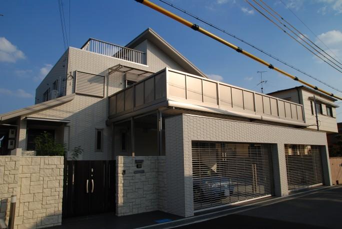 LIXIL(INAX)タイルと三協立山アルミニュービックバルコニーの新築外構 豊中市 A様邸1