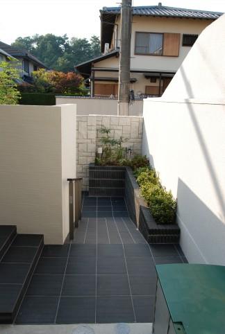 LIXIL(INAX)タイルと三協立山アルミニュービックバルコニーの新築外構 豊中市 A様邸3