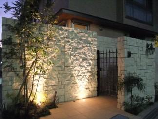 重厚感のあるタイルと植栽・ライティングで魅せる外構 豊中市 O様邸4