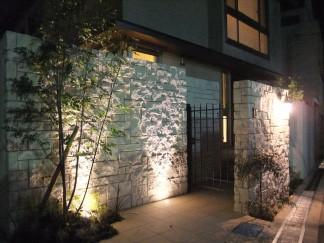 重厚感のあるタイルと植栽・ライティングで魅せる外構 豊中市 O様邸7
